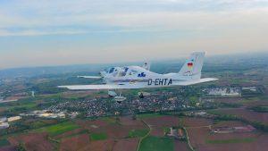 Tecnam P2002 D-EHTA in der Luft von links hinten