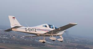 Tecnam P2002 D-EHTZ in der Luft von hinten rechts