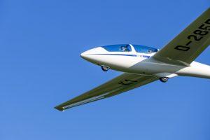 ASK 21 D-2855 in der Luft von links unten