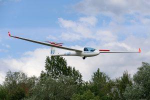 Discus CS D-3126 in der Luft von vorne rechts