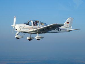 Tecnam P2002 D-EHTA in der Luft von links