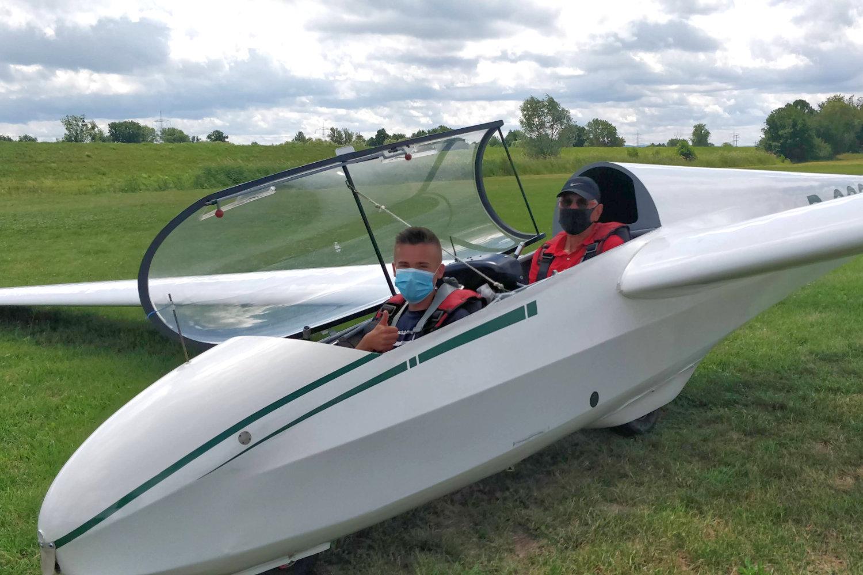 Flugschüler und Fluglehrer im Cockpit nach bestandener Prüfung.