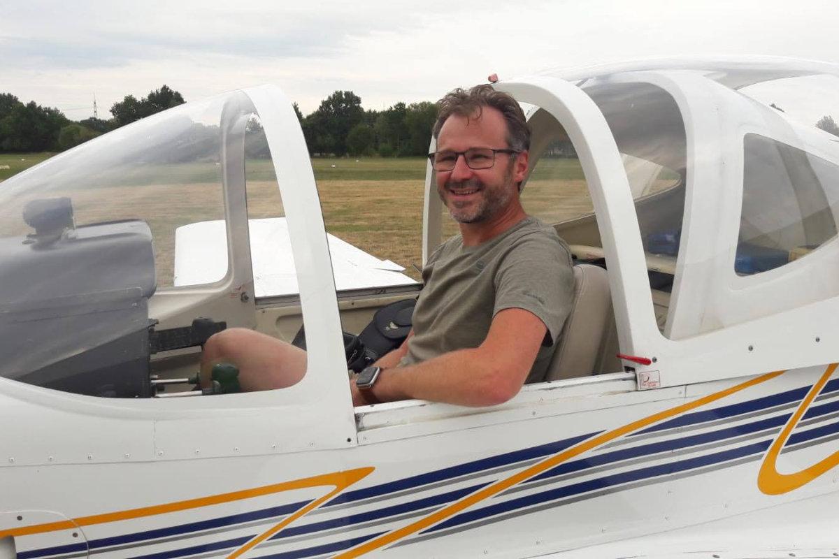 Killian Sieferle sitzt im Cockpit des Flugzeugs