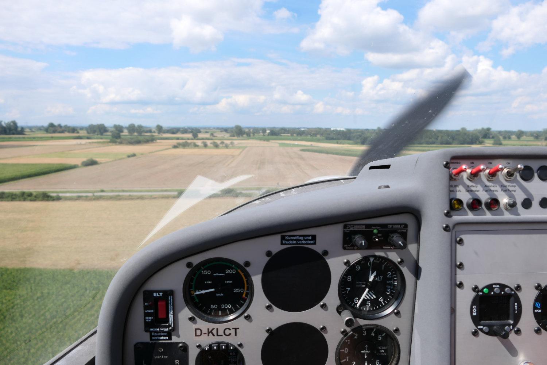Blick aus dem Cockpit nach vorne: Der beabsichtigte Acker ist fast erreicht.