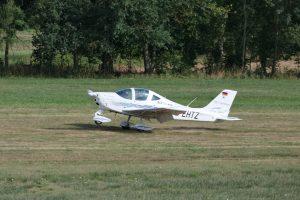 Ein bei der Landung gerade aufsetzendes Flugzeug