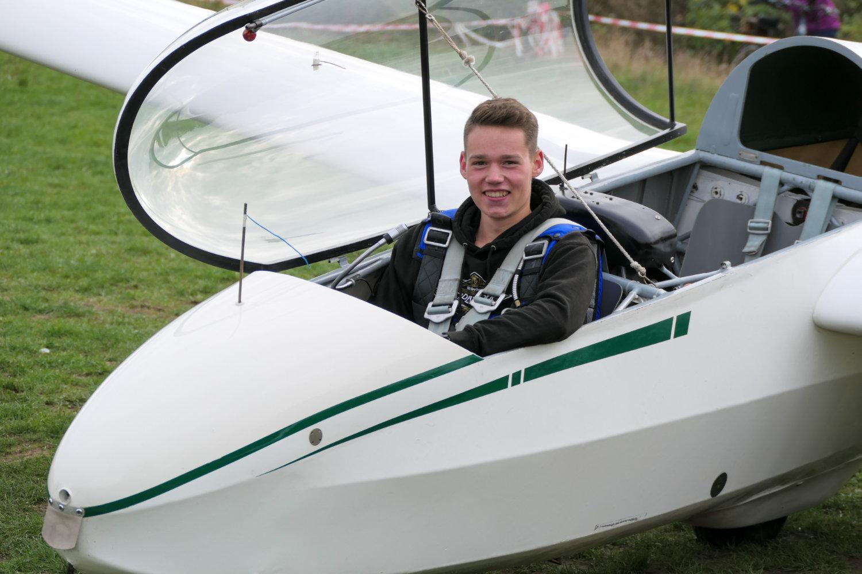 Niklas Felhauer sitzt im Cockpit des gelandeten Flugzeugs