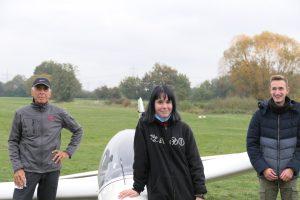 Karl-Heinz Beiser, Madeleine Niemöller und Noah Walter stehen vor dem Segelflugzeug, mit dem die Prüfung abgelegt wurde.