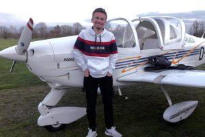 Maximilian Feißt steht nach dem Flug vor dem Flugzeug