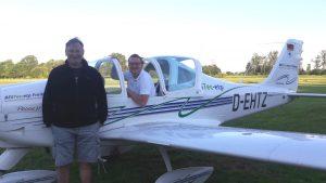 Benedikt Wölfl sitzt im Flugzeug, daneben steht Fluglehrer Gerd Mätz.