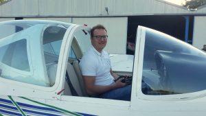 Benedikt Wölfl sitzt nach dem erfolgreich absolvierten Alleinflug im Cockpit.