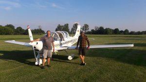 Gerd Mätz und Robin Beyer stehen vor dem Flugzeug.