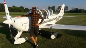 Robin Beyer steht vor dem Flugzeug.