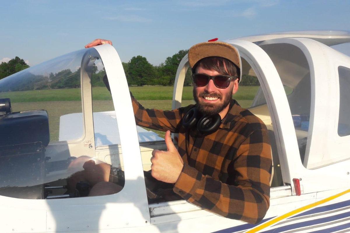 Robin Beyer sitzt im Cockpit und zeigt mit dem Daumen nach oben.