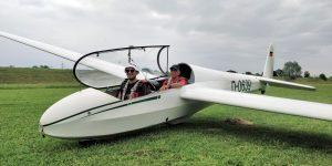 Dominik Durban und Prüfer Karl-Heinz Beiser sitzen nach der bestandenen Prüfung im Cockpit.
